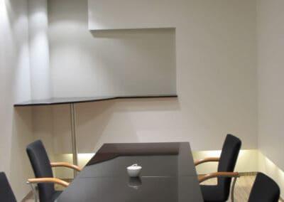 Sala konferencyjna z czarnym stołem