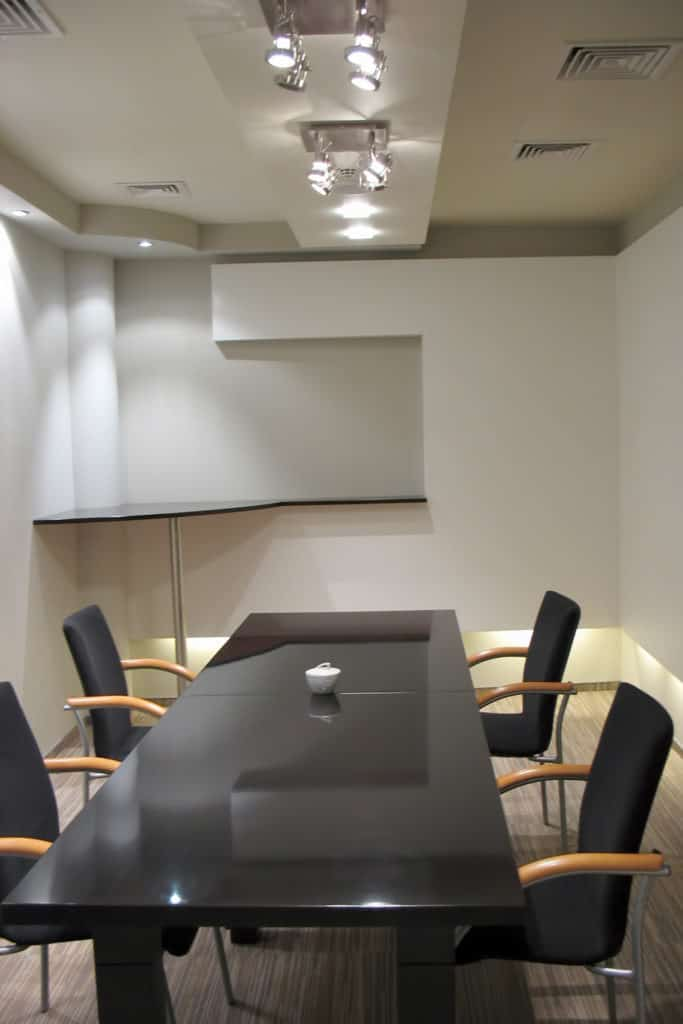 projektanci wnętrz Konferencyjna 01A Sala konferencyjna z czarnym stołem